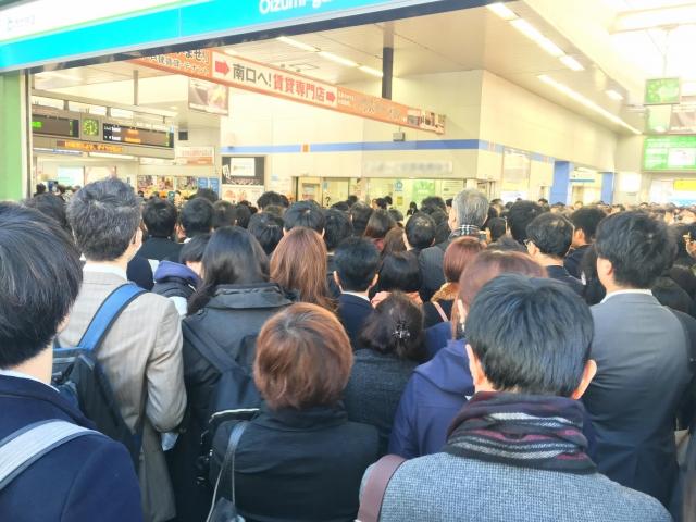満員電車の人の群れ